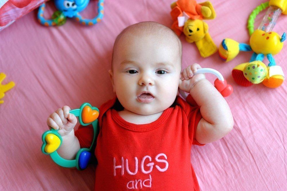 Ребенок с погремушками