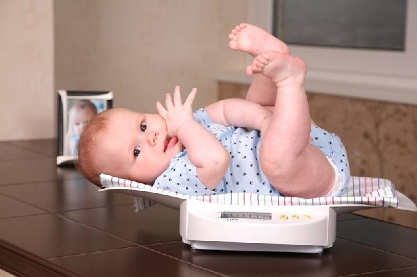 Как измеряется вес ребенка