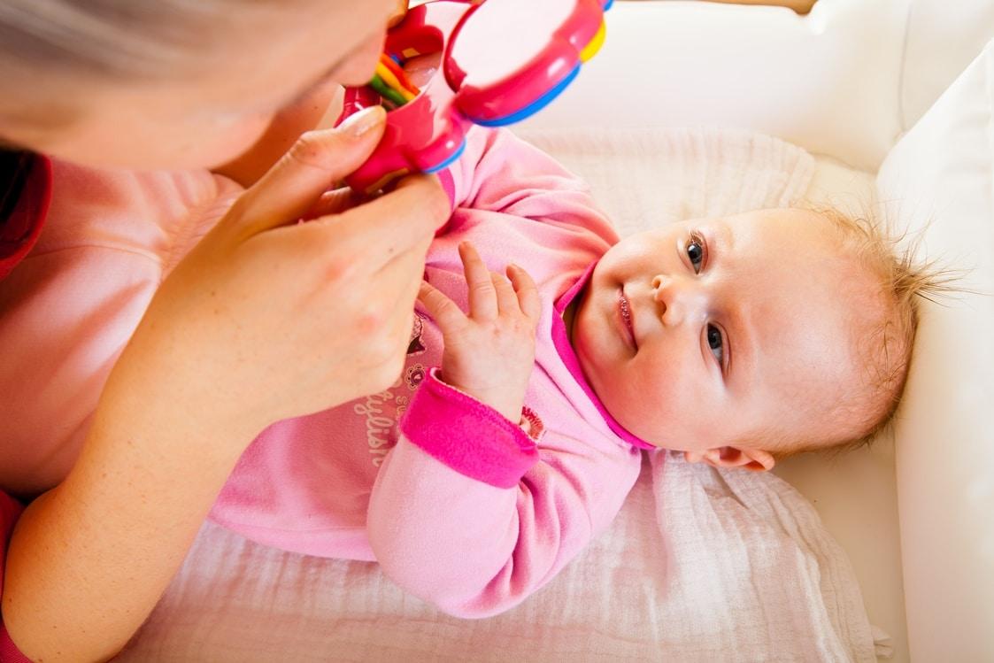 Малыш умеет отслеживать движение предметов