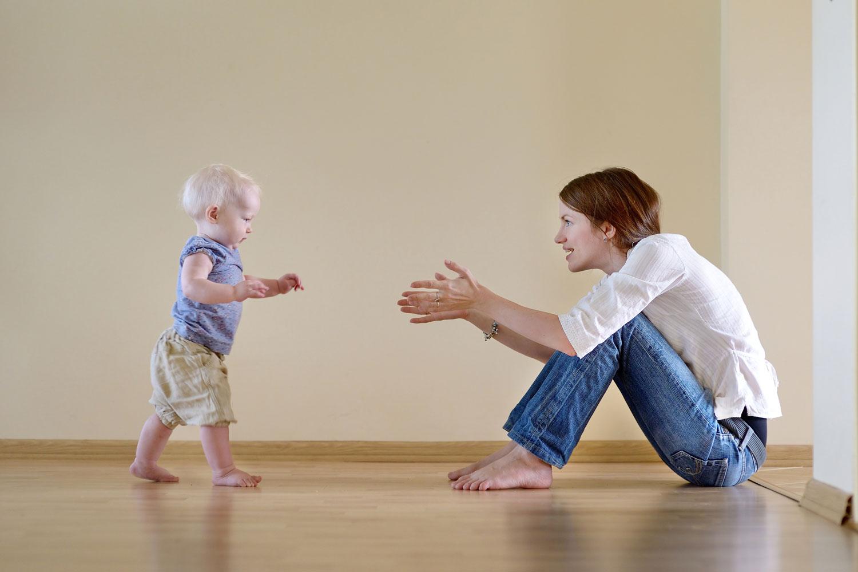 Годовалый ребенок активно передвигается в пространстве