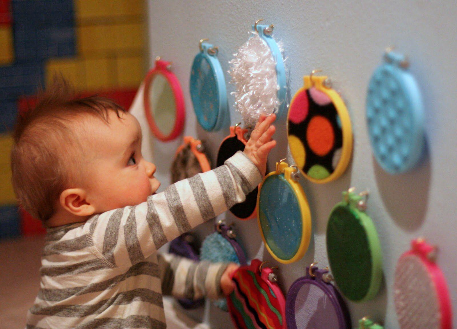 Малыш развивает тактильные ощущения