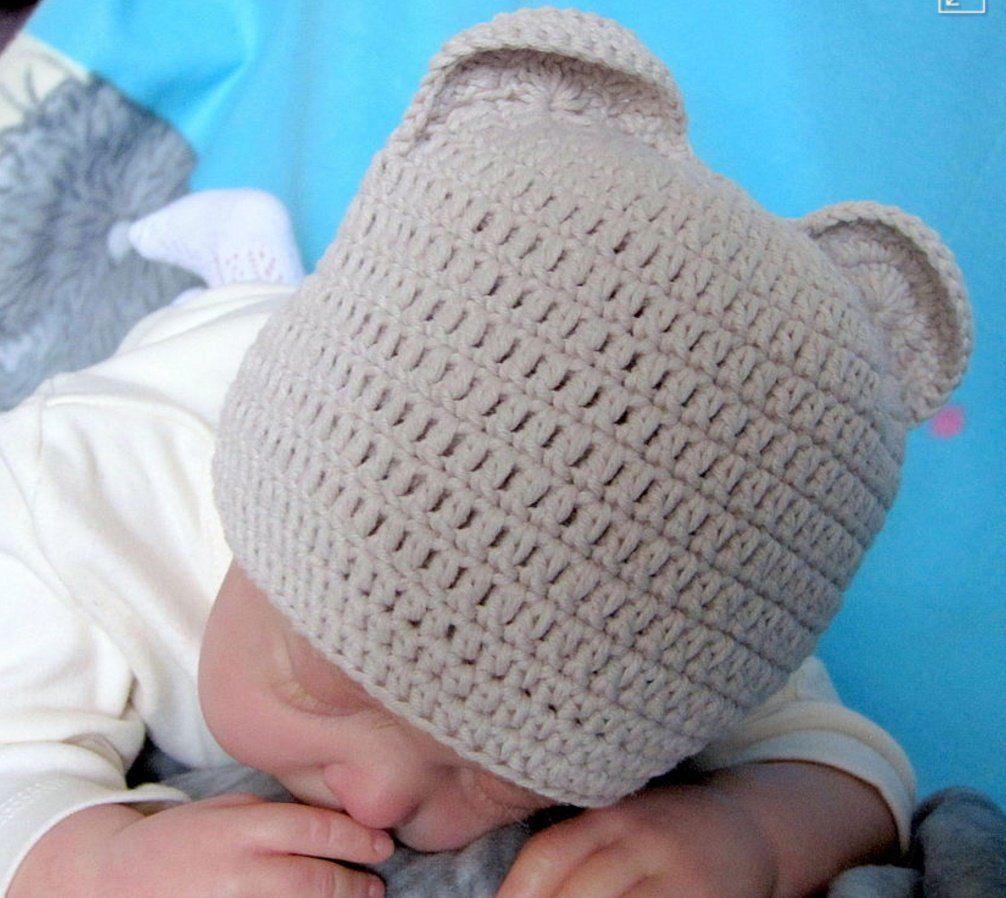 Младенец в вязаной шапке