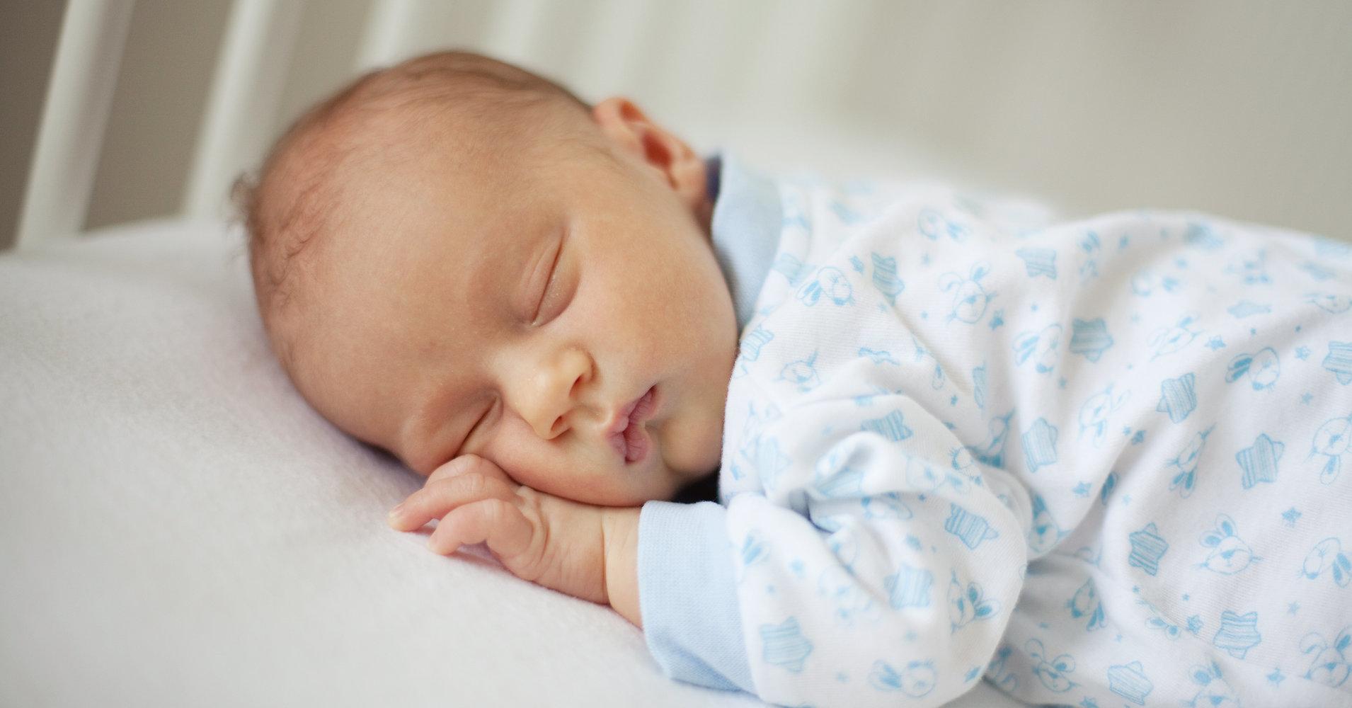 Наличие твердого матраса в кроватке обезопасит малыша