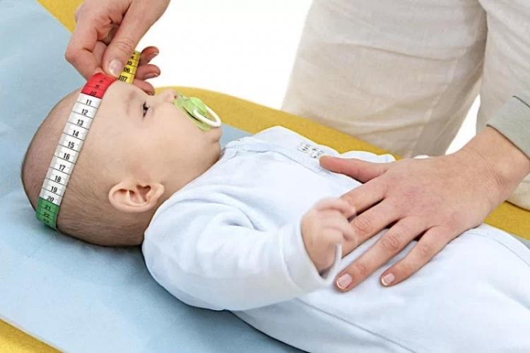 Измерение обхвата головы младенца