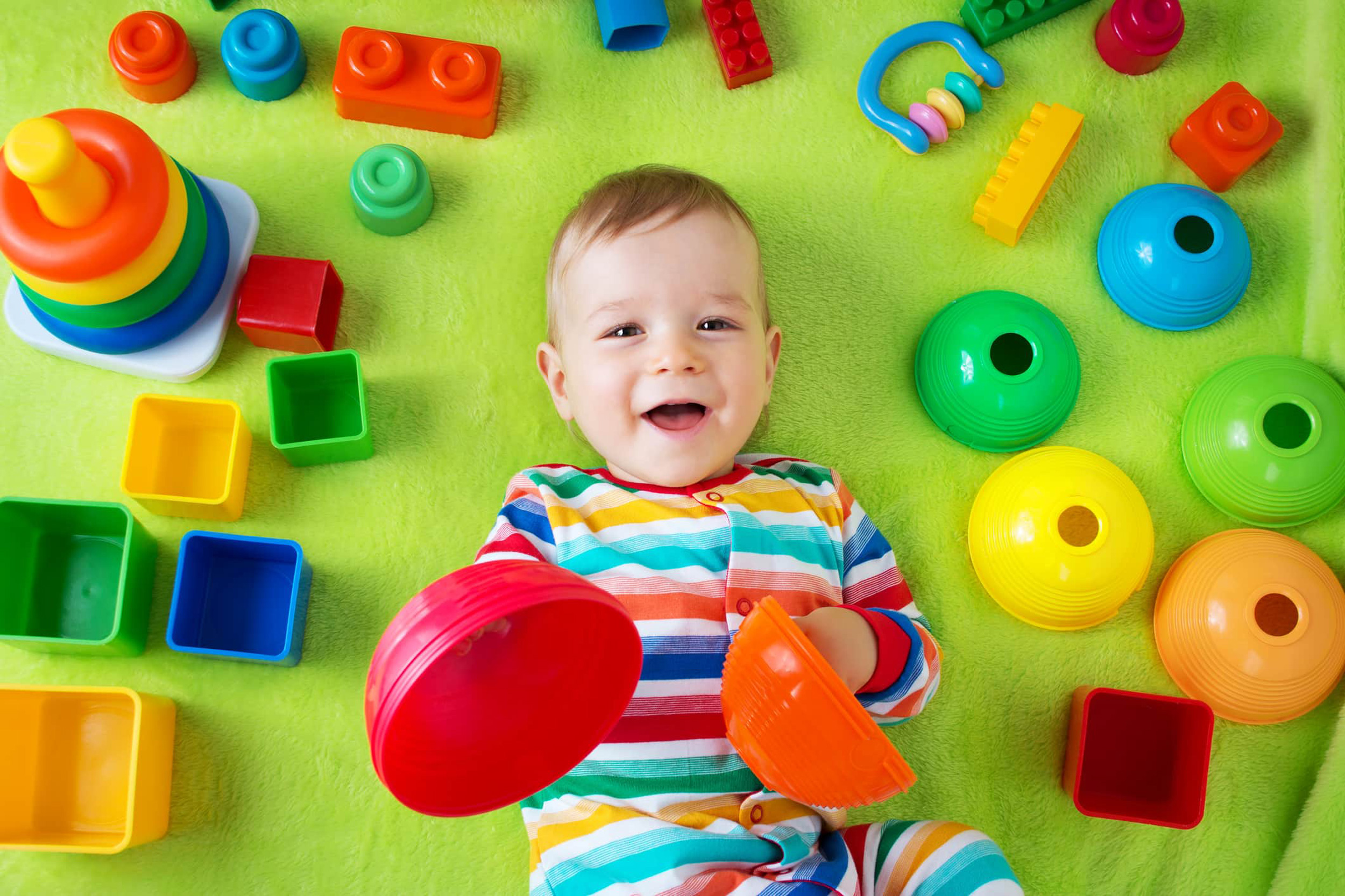 Малыш в окружении игрушек
