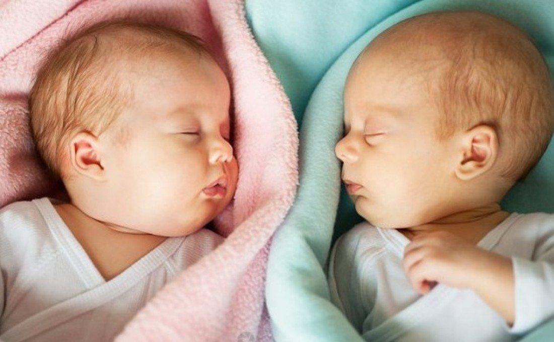 В первый год жизни мальчики опережают девочек в физическом развитии, после – наоборот