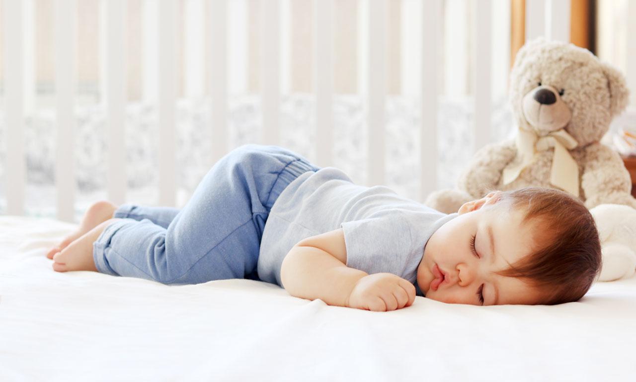 5-6-месячные малыши могут спать на животе безо всякой опасности