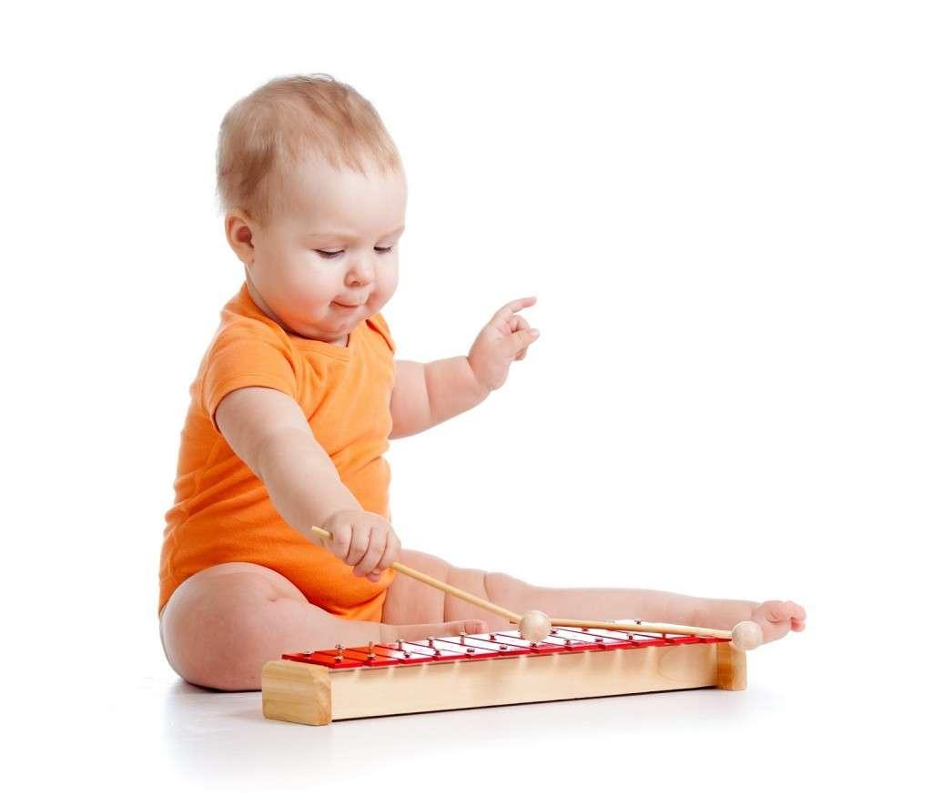Карапуз играет на музыкальном инструменте