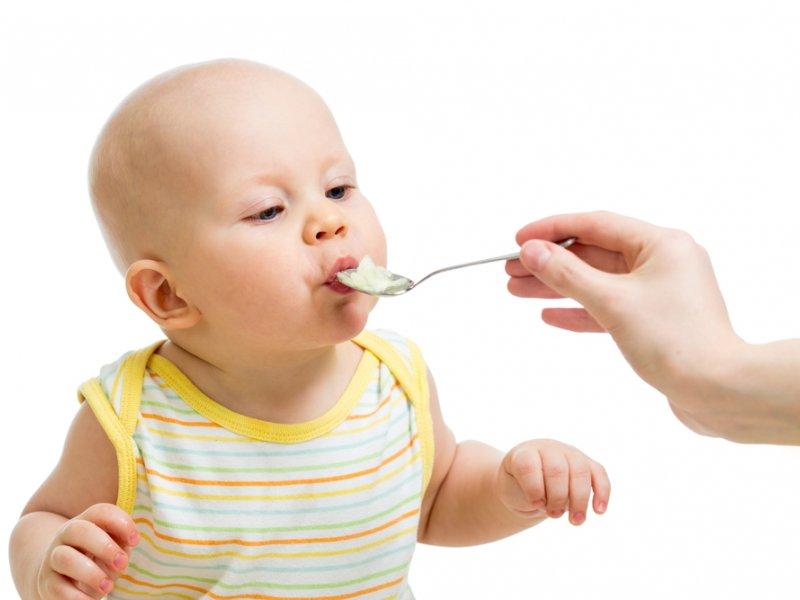 Ребенок ест из ложки