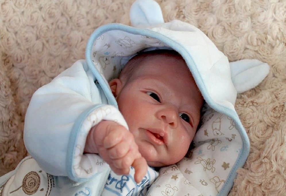 Чрезмерное укутывание младенца может стать причиной повышения температуры