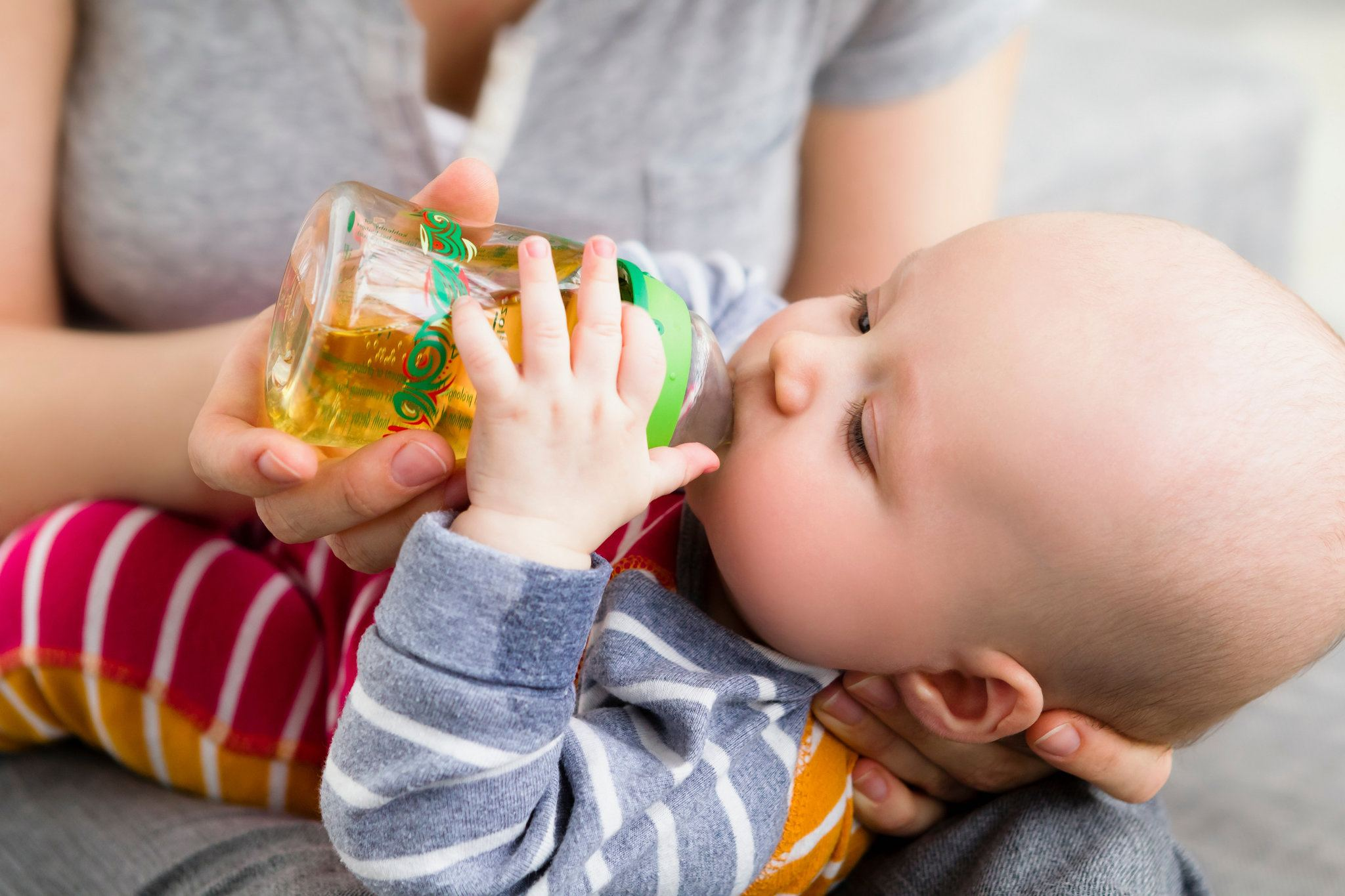 Мальчик пьет сок