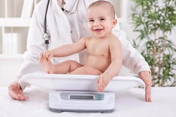 Регулярное взвешивание ребенка помогает следить за состоянием его здоровья