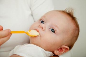 Малыш ест из ложки