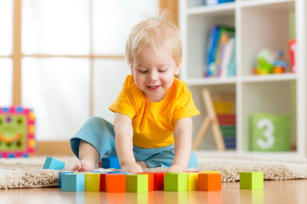 Ребенок играет в кубики