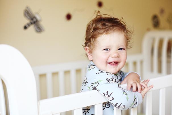 Довольный младенец научился разговаривать