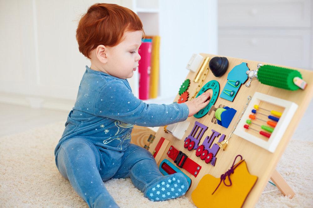 Малыш занят бизибордом