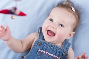 Пятимесячный малыш улыбается