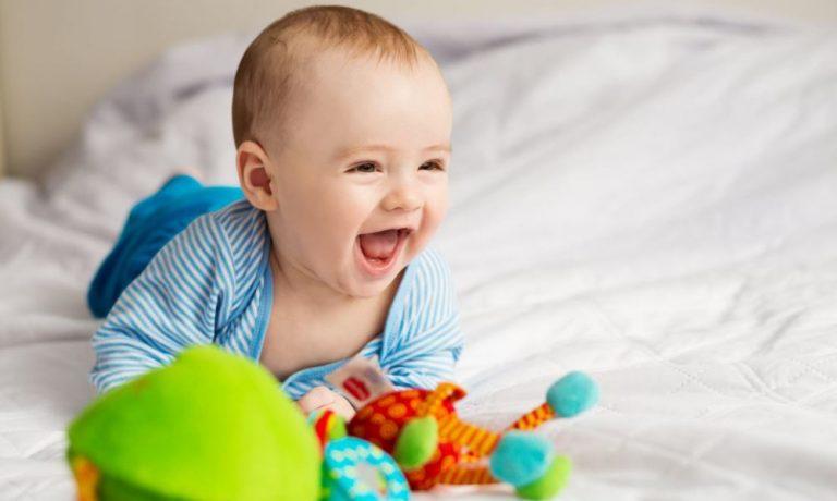 Радость и улыбка малыша в 5 месяцев