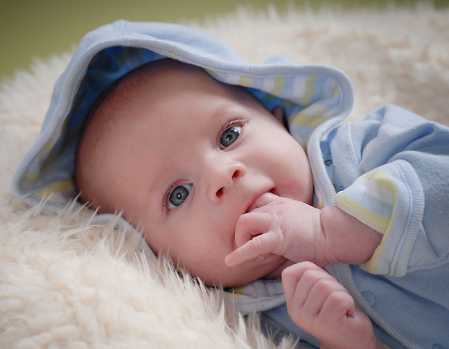 Ребенок грызет свои пальчики