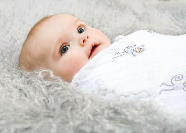 Ребенок мило смотрит