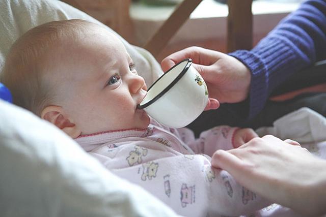 При переохлаждении ребенку дают теплые напитки