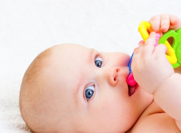 У ребенка возникает желание все тянуть в рот