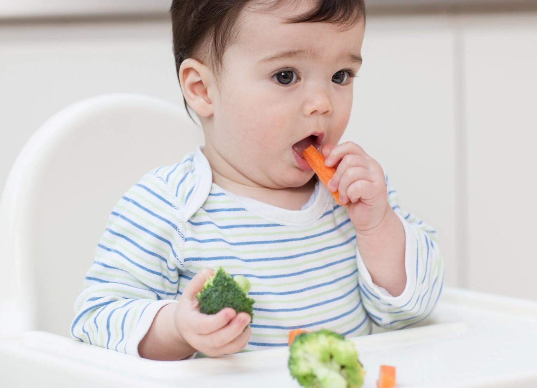 Малыш ест овощи