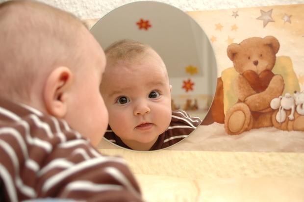 Кроха начинает узнавать себя в зеркале и улыбаться