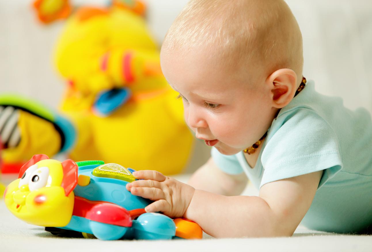 Разглядывание новой игрушки