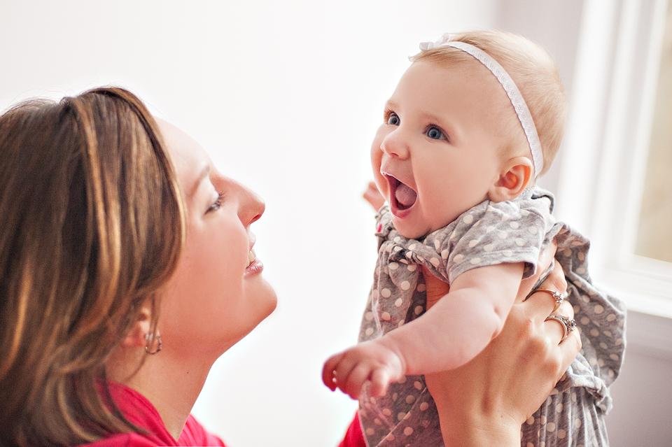 Ребенок всегда рад своей маме, излучает радость и улыбку