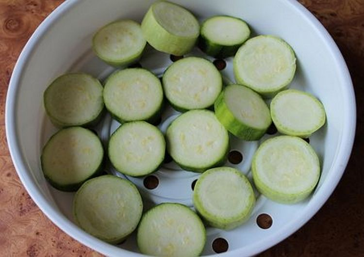 Готовится овощное пюре из кабачка в пароварке