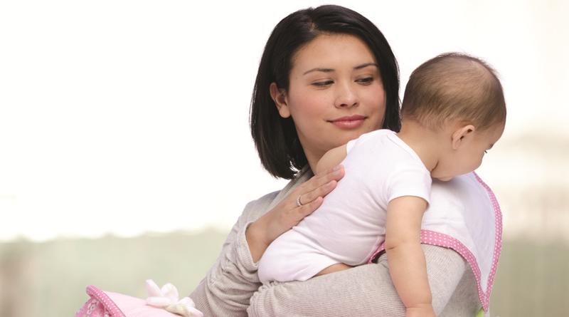 Мама держит двухмесячного грудничка в положении столбик