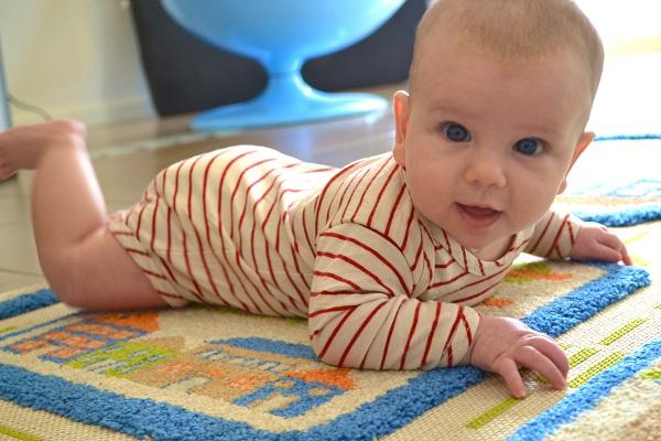 Малыш должен хорошо удерживать головку, лежа на животике