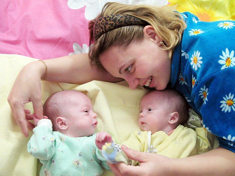 Двойняшки с мамой