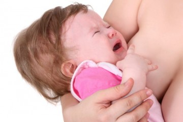 Голодный ребенок плачет