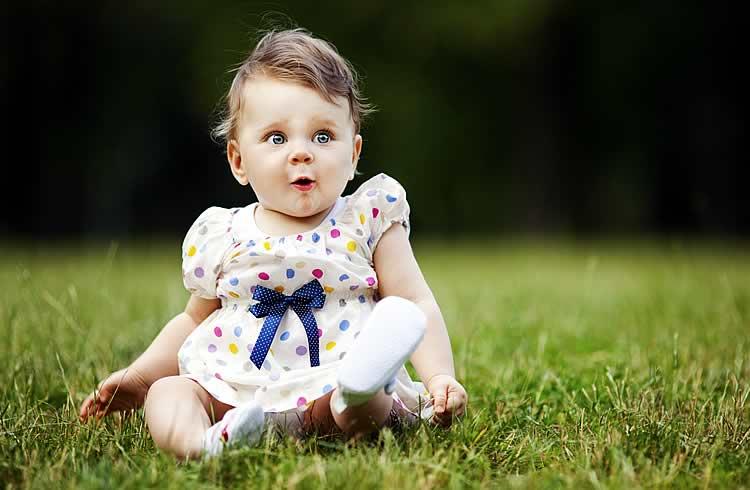 Малышка умеет сидеть