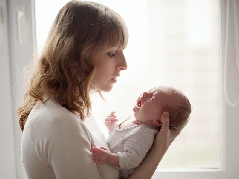 В позе столбик главное – придерживать рукой головку ребенка