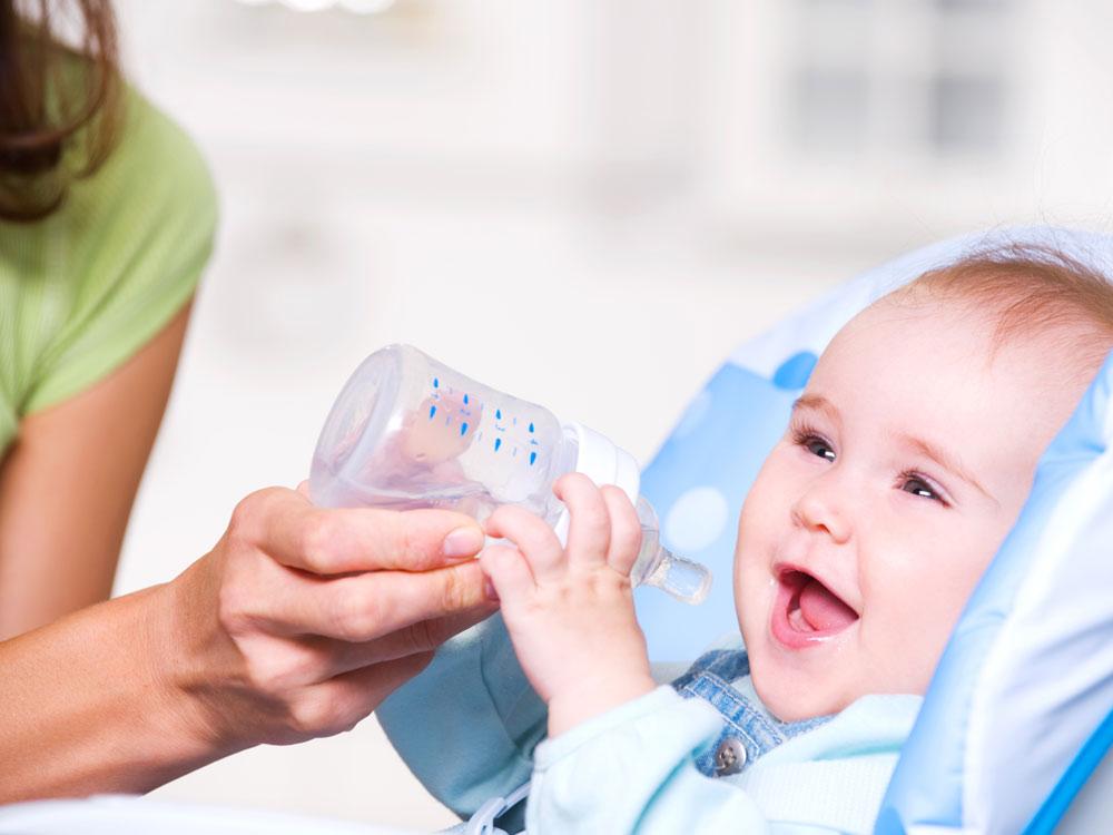 Ребенок с удовольствием пьет
