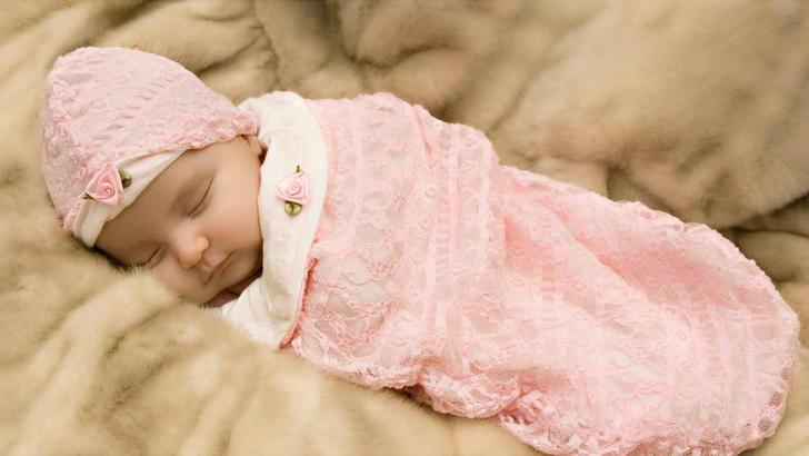 Каждый родитель, взвешивая все плюсы и минусы пеленания, сам решает, нужно укутывать малыша или нет
