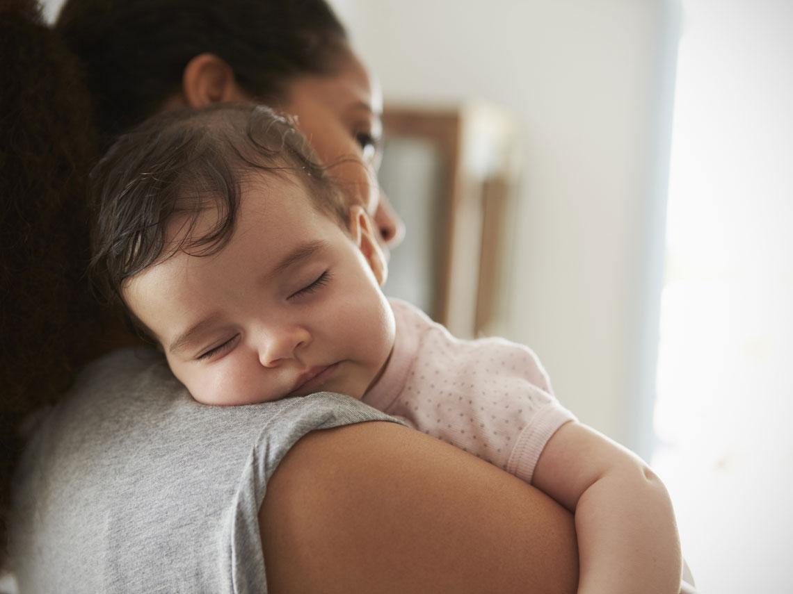 4 месяца – период, когда кроха часто засыпает на маминых руках