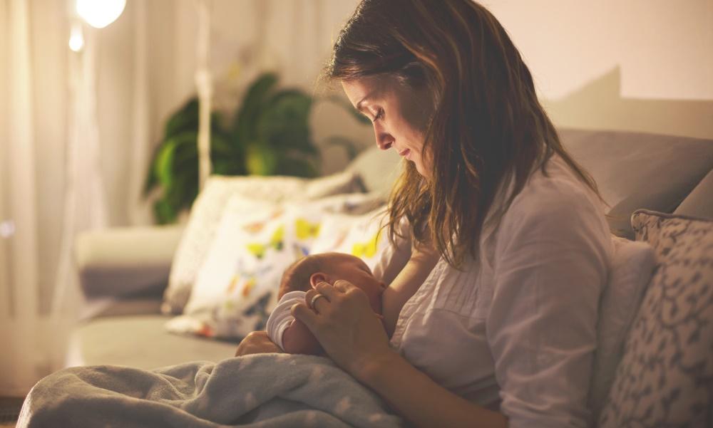 Ночные кормления могут прервать ночной сон 6-месячного ребенка, но это не является проблемой в данном возрасте