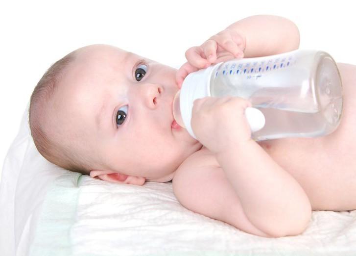 Обезвоженный ребенок пьет воду