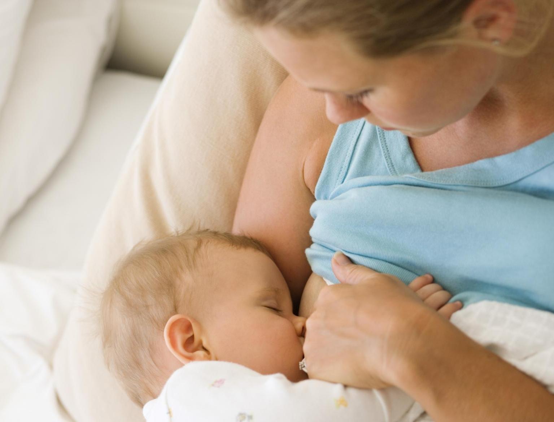 Потребность в грудном вскармливании перед сном объясняется необходимостью снять стресс