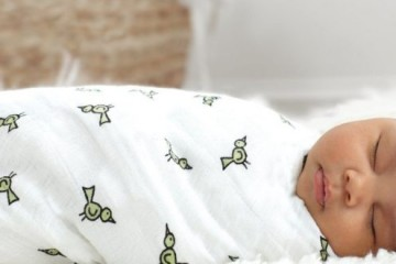 Пеленая новорожденного, родители обеспечивают ему полноценный здоровый сон