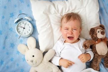 Существует множество причин беспокойного сна младенца