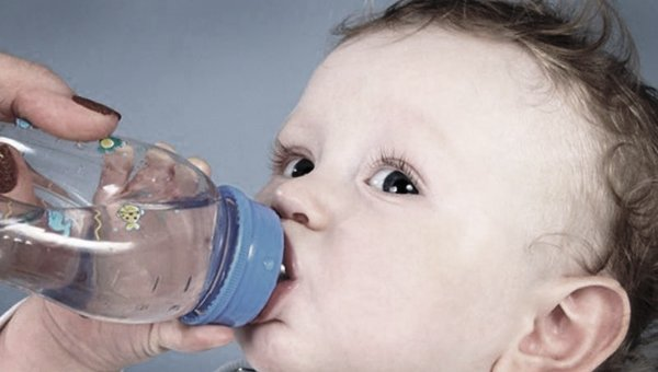 Чрезмерное потребление воды вредно для младенца