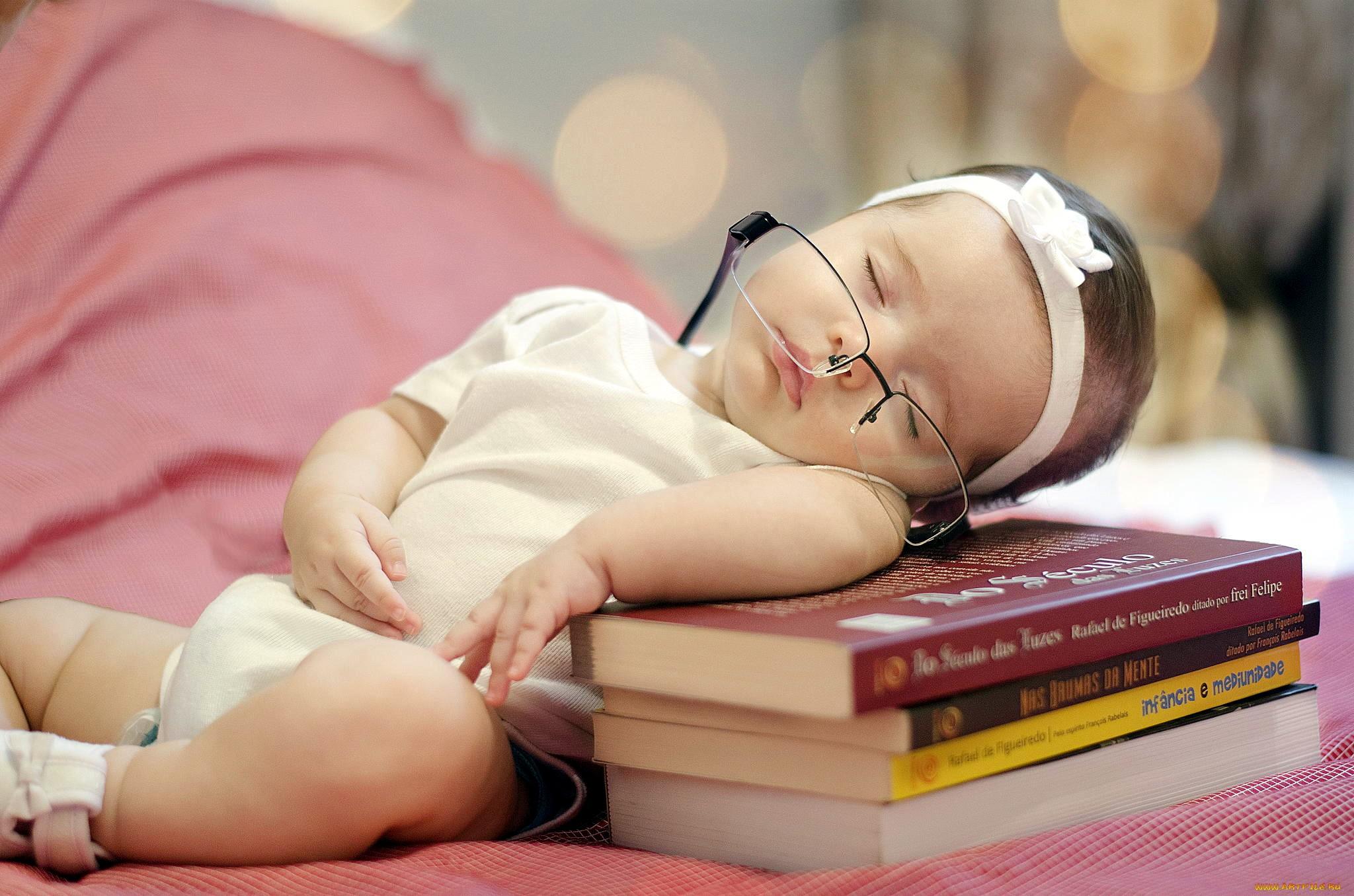 Чтение – одна из лучших альтернатив ГВ для засыпания