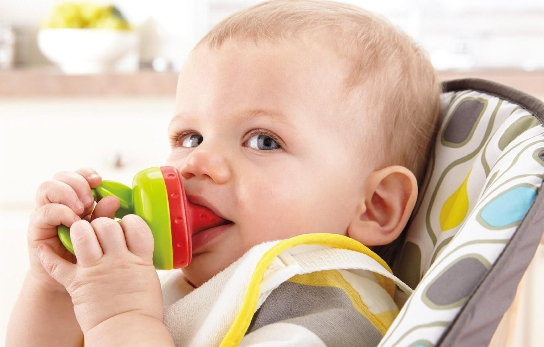 Ребенок ест с помощью ниблера
