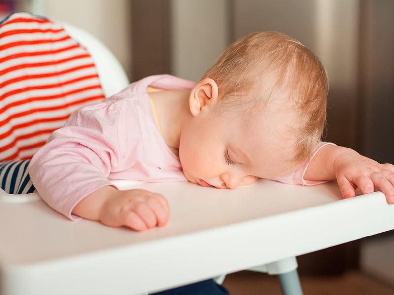 Признаки утомления малыша помогут родителям понять, когда лучше укладывать кроху спать