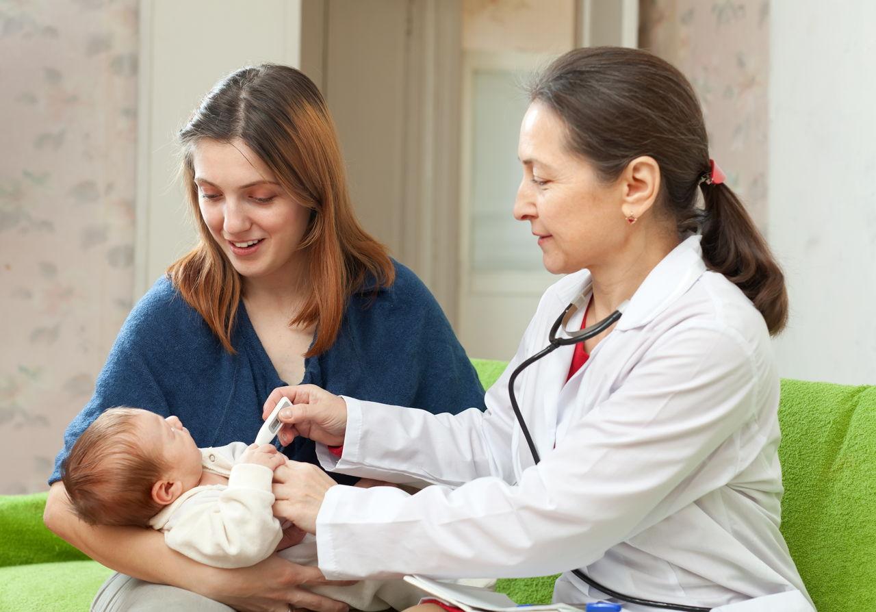 При значительном повышении температуры у ребенка необходимо вызвать врача на дом